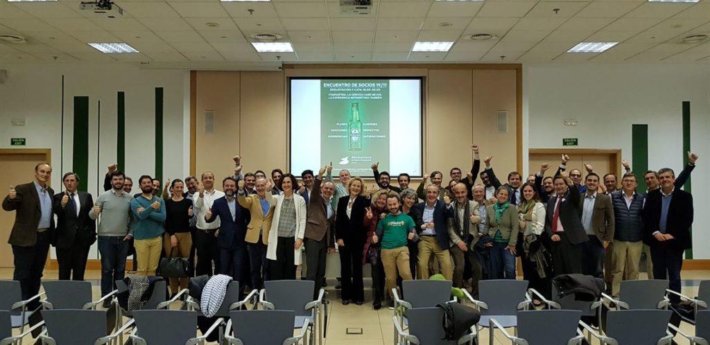 Foto grupal en encuentro de socios en Heineken